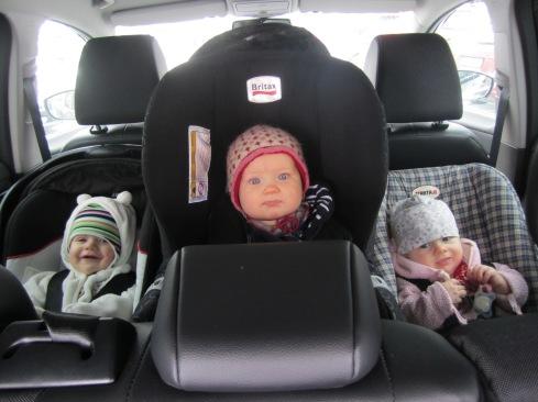 """Tre små pyren inpackade i bilen, på väg till """"vaktombyte"""" i pisten."""